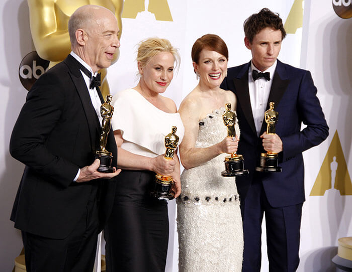 4 PERSONS HOLDING OSCAR AWARDS IMAGE